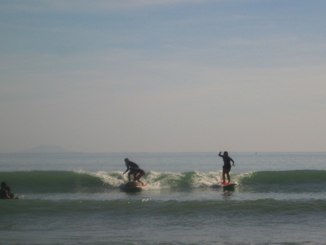 The only photo I have on top of the water. The rest of the time I'm under. Haha. Beside me: Almi and Abi in what seems to be a surfing tango. Experts na kasi =)