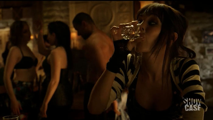 Bo getting cozy with the girls ~and the boys. WIth Kenzi drinking in the foreground. Like the good ol' times, yay.